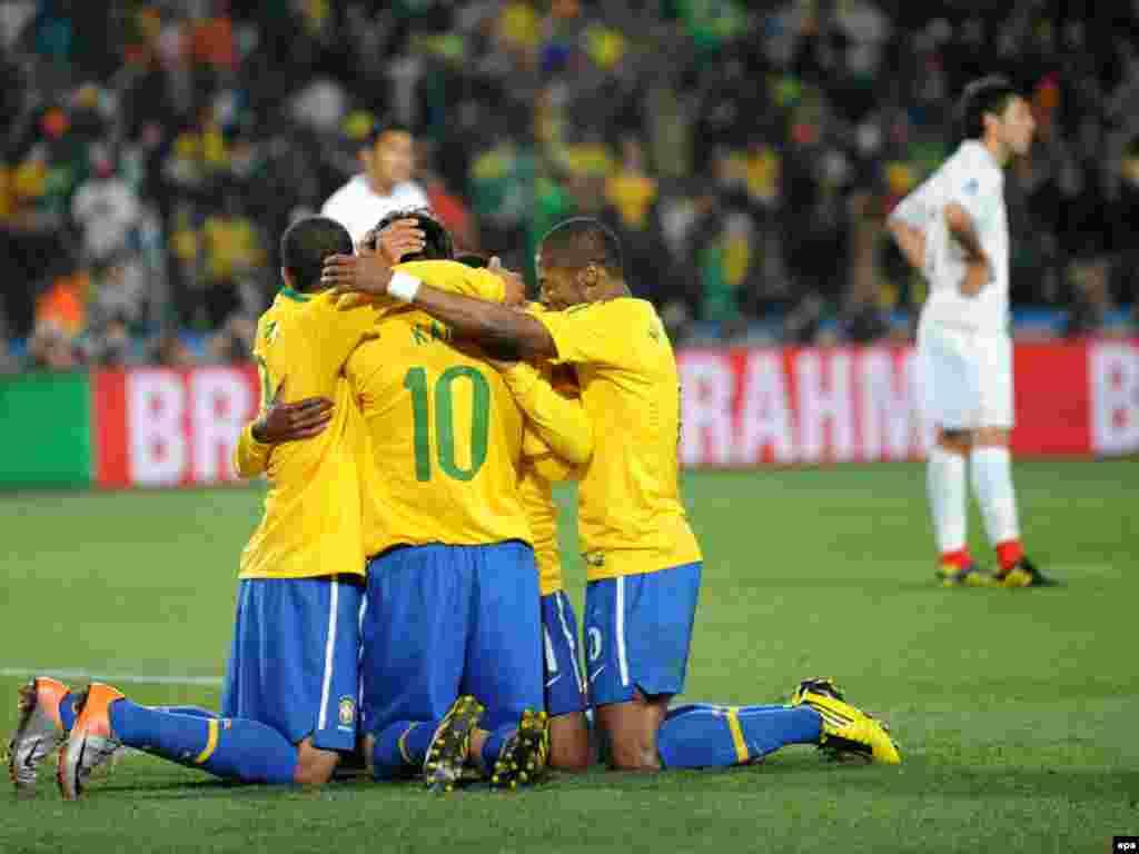 Бразилія – Чилі 3:0. Бразильці вітають один одного з третім голом. - Вперше в історії чемпіонатів світу з футболу південноамериканських збірних в 1 / 4 фіналу виявилося більше, ніж європейських. У «чудовій вісімці» Південну Америку представляють чотири країни (Аргентина, Бразилія, Парагвай і Уругвай), а Європу – три: Німеччина, Голландія та Іспанія. Континент-господар – Африка – представлений збірною Гани. 2-3 липня пройдуть чвертьфінальні матчі.