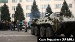 На похоронах главы погранслужбы полковника Турганбека Стамбекова. Алматы, 3 января 2013 года.