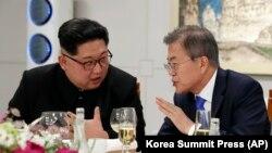 Lideri verikorean, Kim Jong-un dhe homologu i tij jugkorean, Moon Jae-in.