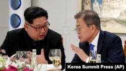Солтүстік Корея басшысы Ким Чен Ын мен Оңтүстік Корея президенті Мун Чжэ Ин келіссөз өткізіп отыр. Пханмунджом, 27 сәуір 2018 жыл.