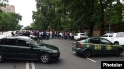 Armenia - Taxi drivers block a street section near the Prime Minister's Office in Yerevan, 16 May 2018.
