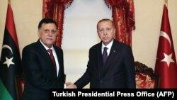 Туркия президенти Рaжаб Тоййиб Эрдўғон (ўнгда) Триполидаги Миллий ярашув ҳукумати бошлиғи Фаёз ас-Сарроф билан учрашди, Истанбул, 15 декабрь.