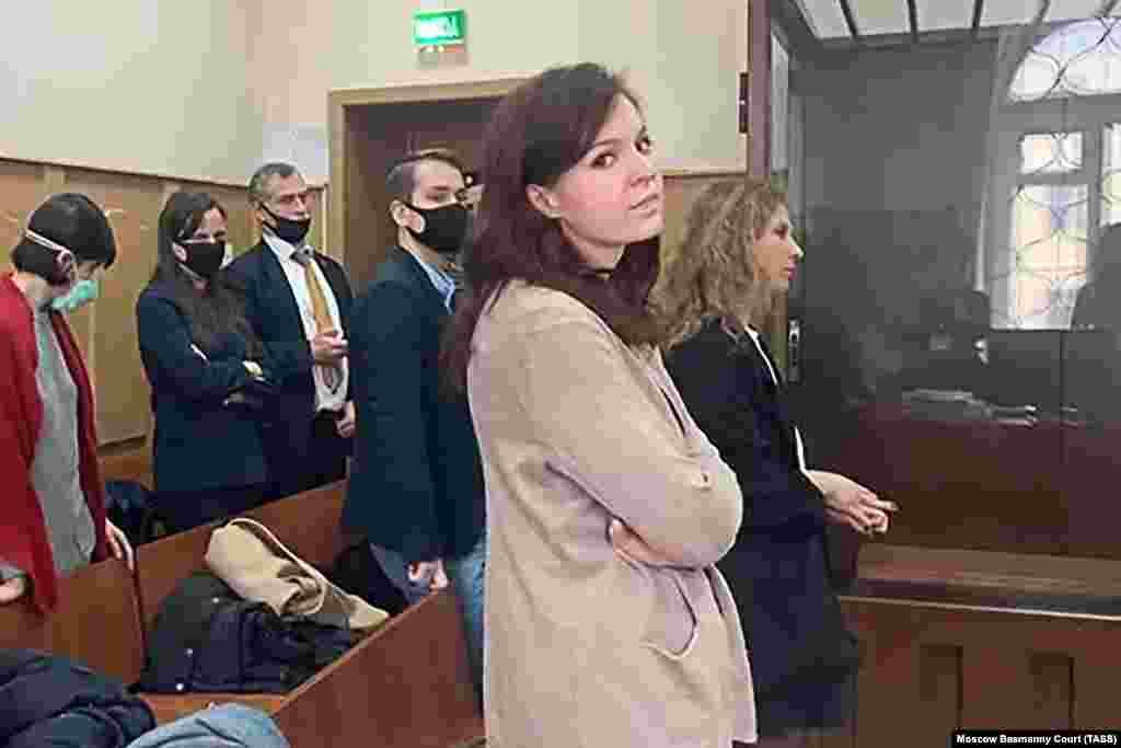 РУСИЈА - Портпаролката на рускиот опозициски политичар Алексеј Навални, Кира Јармиш, останува во домашен притвор, одлучи денеска судот во Москва. Во притвор остануваа и лидерката на женската протестирачка група Пуси Рајот, Марија Алјохина, координатор на тимот на Навални во Москва, Олег Степанов и општинскиот пратеник Дмитриј Барановски.