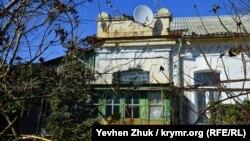 Дом по улице Инженерная Балка, 1 изуродован пристройками советского периода