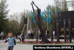 Монумент жертвам Голодомора «1932-1933». Астана, 31 мая 2012 года.