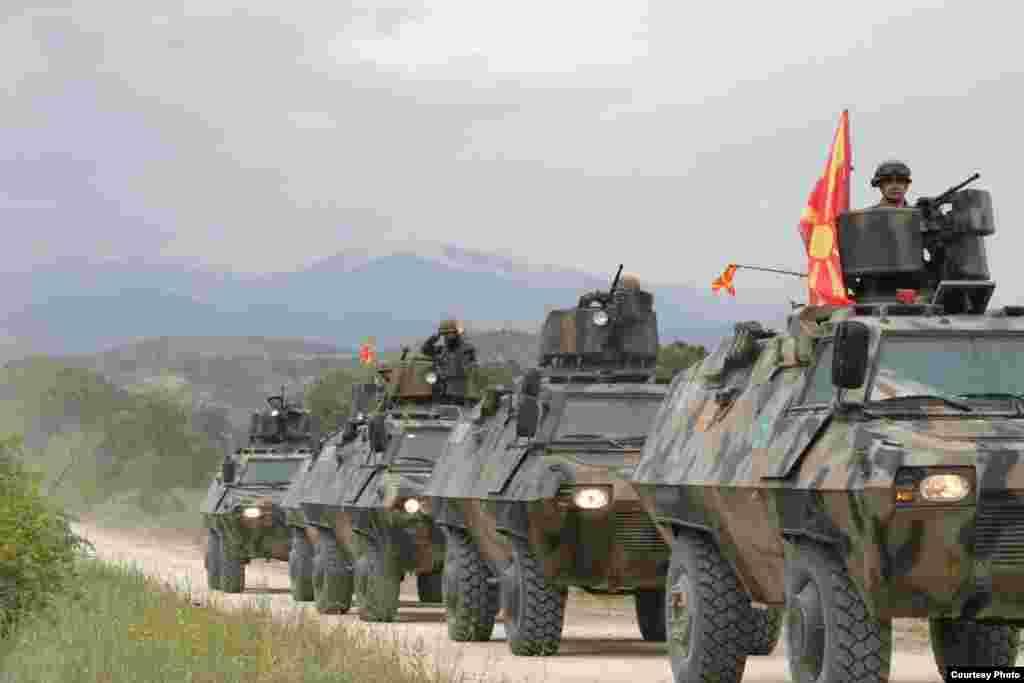 МАКЕДОНИЈА - До крајот на годинава нашата Армија ќе може да обезбеди борбени возила како резултат на договор меѓу македонската и американската влада, изјави министерката за одбрана Радмила Шекеринска, одговарајќи на новинарско прашање што планира да набави земјава во рамки на програмата на Пентагон за помош на некои сојузнички држави за замена на на опремата од руско производство, од која за нашата држава се предвидени 30 милиони долари за набавка на воени возила.
