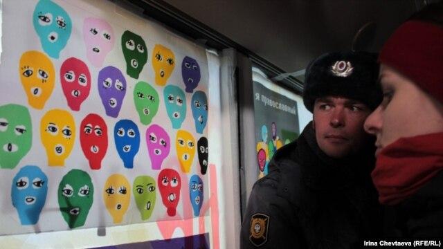 Московский автобус, раскрашенный в поддержку группы Pussy Riot. 31 марта 2012 г