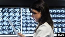 Врач просматривает рентгеновские снимки, сделанные в Онкологическом научном центре им. Н. Н. Блохина