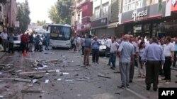 Место взрыва у представительства прокурдской Народно-демократической партии (НДП) в городе Мерсин, 18 мая 2015 года.