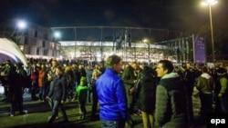 Эвакуация зрителей со стадиона в Ганновере. 17 ноября 2015 года.