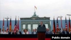 Ronald Reagan Brandenburg qapılarında tarixi çıxışını edərkən