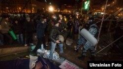 Украинский спецназ разгоняет участников акции протеста на Майдане Незалежности. Киев, 30 ноября 2013 года.