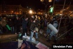 Алаңдағы шерушілерге милицияның күш қолдануы наразылықты күшейтіп жіберді. Киев, 30 қараша 2013 жыл.