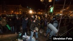 2013 senesi noyabr 30-da Mustaqillik Meydanında studentlerni dağıtuv. Arhiv fotoresimi