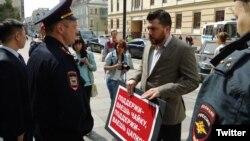 Леонид Волков у здания Совета Федерации