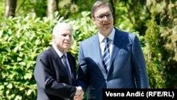 Pamje nga takimi i sotëm i senatorit McCain me kryeministrin Vuçiq në Beograd