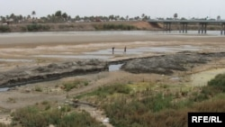 Iraq -- Low level of water in Euphrates river in Hindiya, Near Karbala, mid Iraq, 17Jul2009