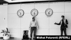 Илустрација: Луѓе разговараат на аеродромот во Сараево