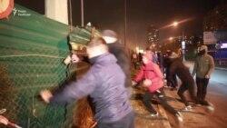 У Києві активісти розгромили АЗС, яку вважають незаконною (відео)