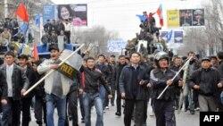 Қирғиз мухолифати тарафдорлари 2010 йил 7 апрель кунида президент саройини эгаллаш учун кетаётган пайтда олинган сурат.