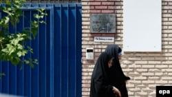 Тегерандағы британ елшілігі алдынан өтіп бара жатқан адамдар. 21 тамыз 2015 жыл.