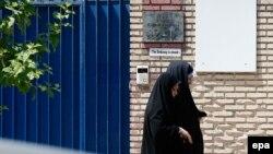 Местные жительницы проходят мимо здания закрытого до этого дня посольства Великобритании в Иране. Тегеран, 21 августа 2015 года.