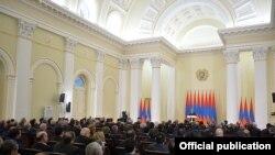 Նախագահ Սերժ Սարգսյանն իր նստավայրում հյուրընկալում է օրենսդիր, գործադիր և դատական իշխանությունների, տարածքային կառավարման և տեղական ինքնակառավարման մարմինների ղեկավար կազմի ներկայացուցիչներին, 12-ը փետրվարի, 2016թ.