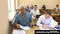 Андрэй Мукавозчык (зьлева) у судзе на пазоў палітвязьня Мікалая Дзядка