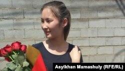 Мольдир Адилова после выхода из спецприемника для административно арестованных, где она пробыла 15 суток по обвинению в призывах к участию в несанкционированном митинге. Алматы, 2 июня 2016 года.