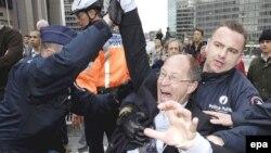 """Policija svladava člana belgijskog parlamenta iz desničarske stranke """"Vlaams Belang"""" na demonstracijama ove partije protiv 'islamizacije Evrope', 2007."""
