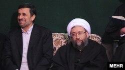 صادق آملی لاریجانی، رییس قوه قضاییه ایران (سمت راست).