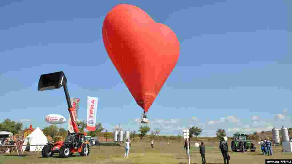 Чтобы подняться в небо на красном воздушном шаре-аэростате, нужно заплатить 500 рублей (около 187 грн)