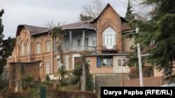 Сегодня участь дачи Лаптева, как, впрочем, и парка вокруг нее, очень печальна. Чистая архитектурная форма почти не сохранилась. Фото автора