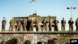 Берлин қақпасына шығып тұрған солдаттар. 11 қараша 1989 жыл.