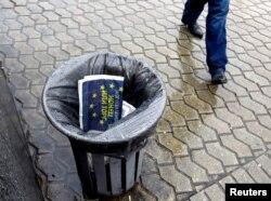Журнал с логотипом Евросоюза в киевской урне