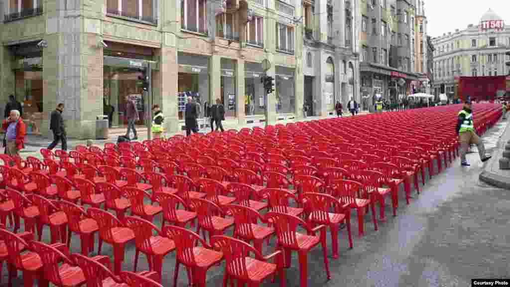 Aprelin 6-da Sarayevoda 1992-1996-cı illərin mühasirəsində həlak olan 11 541 nəfərin hər birini xatirəsinə bir stol qoyulub. Qırmızı stollar şəhərin mərkəzi küçəsini götürüb.
