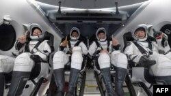 Астронавтите Шанън Уокър, Виктор Глоувър, Майк Хопкинс и Соичи Ногучи (отляво надясно)
