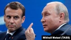 Президент Франции Эммануэль Макрон и президент России Владимир Путин на пленарном заседании ПМЭФ