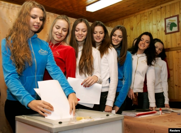 Финалистки конкурса красоты голосуют на выборах 2007 года