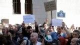 Muslimani ispred džamije u Parizu na protestu nakon što su islamisti oteli francuskog vodiča, Pariz 2014.