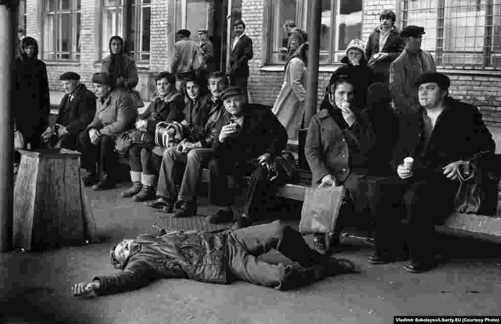Человек, уснувший на асфальте. Автовокзал Новокузнецка. 19 октября 1983 года.