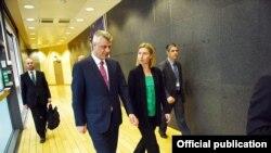 Presidenti kosovar, Hashim Thaçi, dhe kryediplomatja e Bashkimit Evropian, Federica Mogherini, gjatë një takimi në Bruksel.