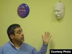 Павел Глоба показывает посмертную маску Сталина (фото: Иван Толстой)