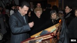 """Премиерот Никола Груевски присуствуваше на свечена божиќна литургија во црквата """"Св. Петка"""" во Скопје."""