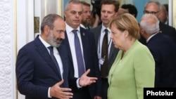 Премьер-министр Армении Никол Пашинян (слева) принимает канцлера Германии Ангелу Меркель, 24 августа 2018 г․