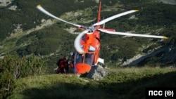"""Хеликоптер на компанията """"Хели Ер"""" извършва сложна маневра по време на спасистелна акция в Пирин през 2018 г."""