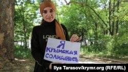 Cупруга Наримана Мемедеминова Лемара держит рисунок, который он передал через адвоката из СИЗО