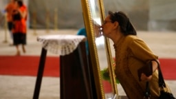 Kissing religious icons is a common practice in Orthodox tradition and some church leaders seem to have no intention of putting a stop to it despite the current pandemic. (file photo)