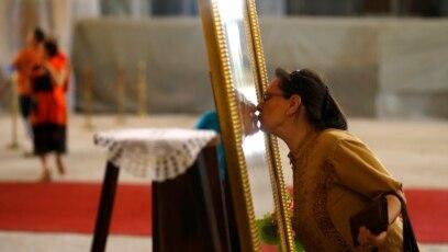 Ljubljenje ikona je uobičajeno u pravoslavnoj tradiciji i čini se da neki crkveni lideri ne nameravaju da je prekinu uprkos pandemiji