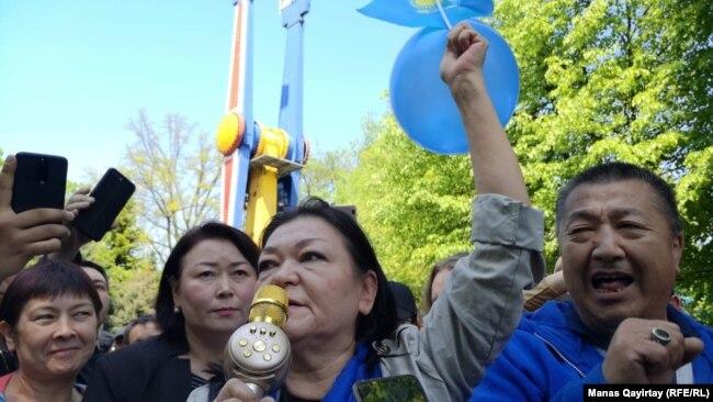 Собравшиеся в Центральном парке Алматы. 1 мая 2019 года.